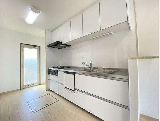 キッチン キッチンは節水モデルを新品交換! 清潔感のある白基調で食洗機も付いています。