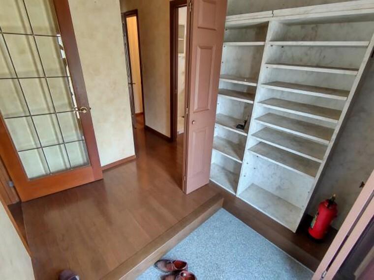 【リフォーム中】玄関には天井まで靴がたっぷりしまえる収納がついています。綺麗にクリーニングを実施致します。