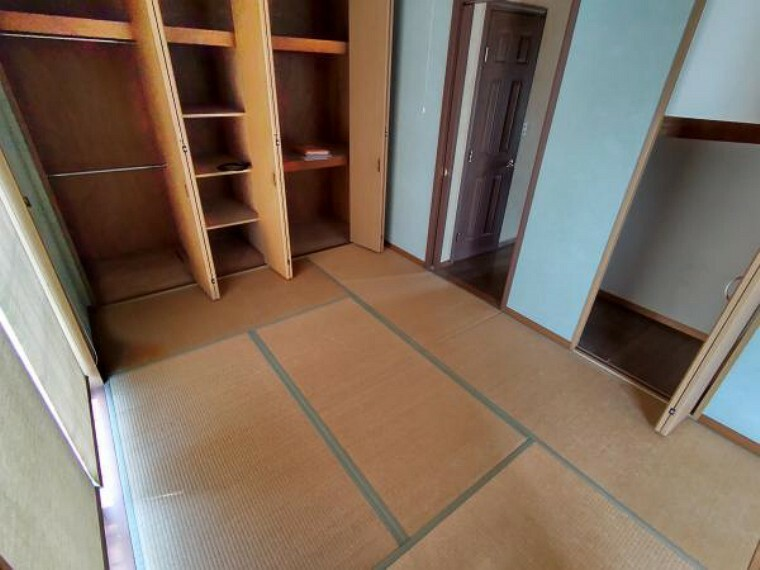 【リフォーム中】LDK横の6帖の和室です。畳の表替、照明交換、クロスの張替を実施致します。