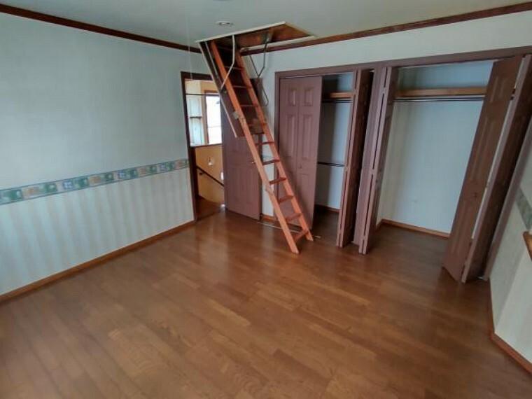 【リフォーム中】2階の洋室です。クロスの張替、照明交換、床のクリーニングを実施致します。