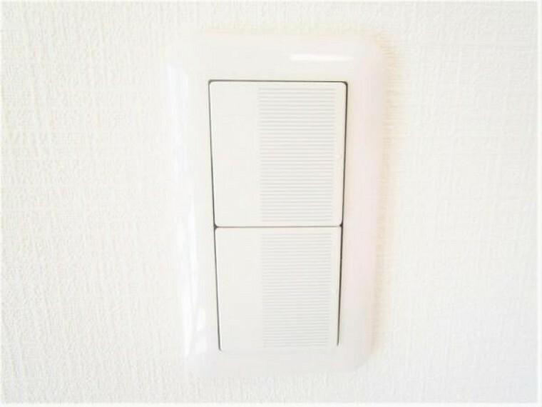 専用部・室内写真 【同仕様写真】照明スイッチは全てワイドタイプに交換予定です。毎日手に触れる部分なので気になりますよね。新品できれいですし、見た目もオシャレで押しやすいです。