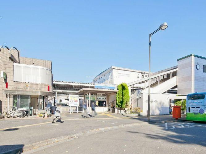 小平駅(西武 新宿線) 徒歩21分。新宿線と拝島線が乗り入れている。拝島線は当駅が起点である。南口側に商業施設が多く立地し、ルネ小平はコンサートの他に成人式も行われる市民に親しまれるホール