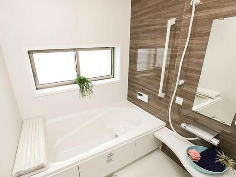 同仕様写真(内観) \同仕様写真/保温効果のある浴槽を採用しており、温かいお湯が長続き!1坪以上の広々とした空間なので、親子入浴や半身浴などに向いた浴室です!
