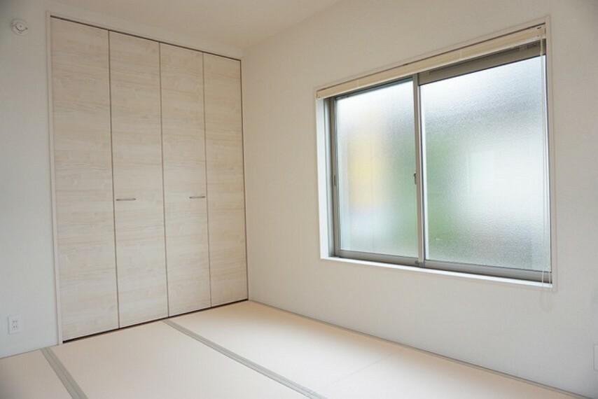 居間・リビング 同仕様写真。リビングからの続き間として和室をご用意しました^^普段はリビングとつなげて開放的なスペースとして。来客時には客間としてお使いいただけます。