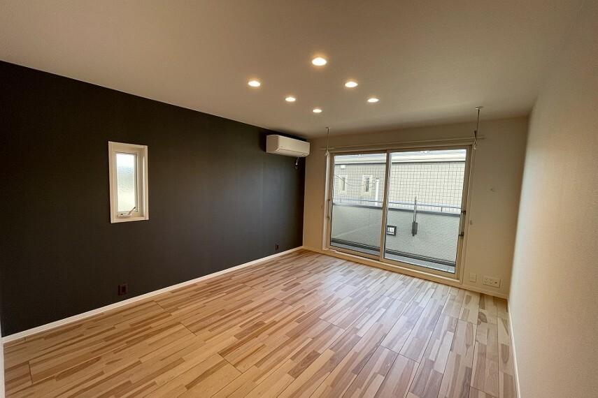 寝室 No.4_主寝室(撮影_2021年7月)1面のみアクセントクロスで特別な空間を演出しております。