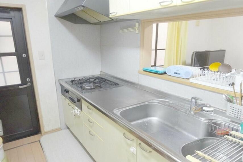 キッチン キッチン、勝手口があるので、ゴミを一時的に出して置いたりするのに便利です。匂いも室内にこもりません。
