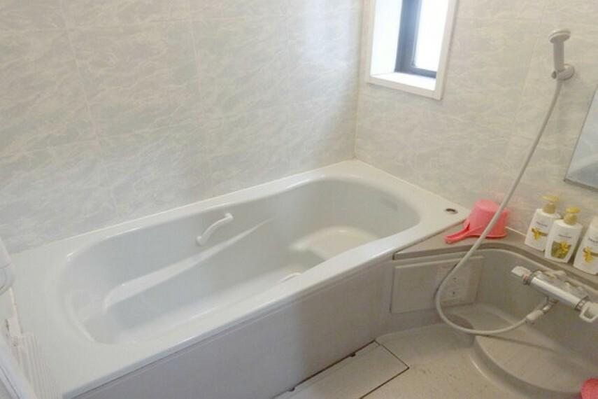 浴室 浴室。ベンチ型の浴室になっています。小さなお子様と入ったり、半身浴の際に便利です。