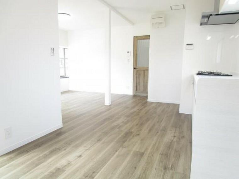 居間・リビング 【リフォーム後写真】リビングは元々和室だったお部屋と繋げ、約14帖の空間に生まれ変わりました。