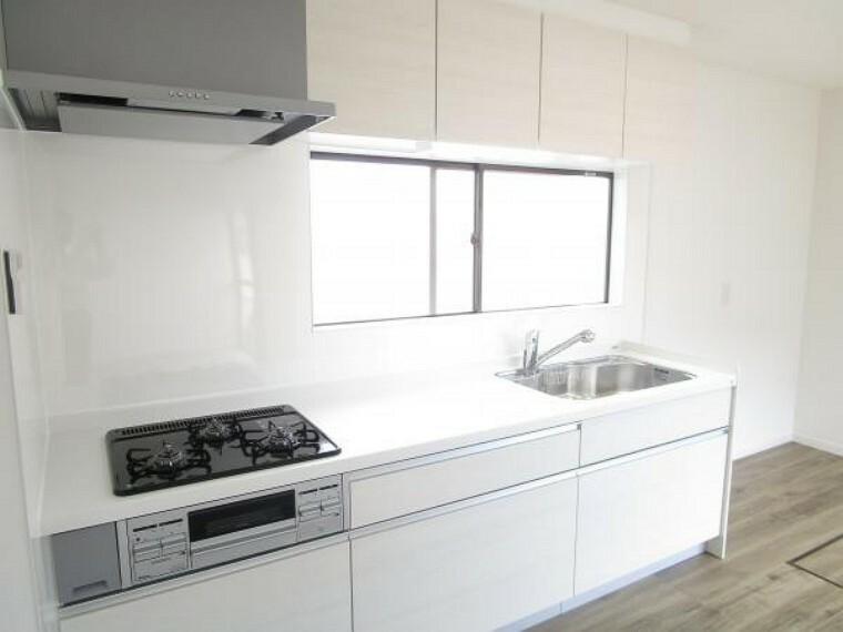 キッチン 【リフォーム後写真】キッチンはハウステック製の新品に交換しています。引出には一升瓶や寸胴鍋のような背の高いものも収納できます。天板は熱や傷にも強い人工大理石仕様なので、毎日のお手入れが簡単です。