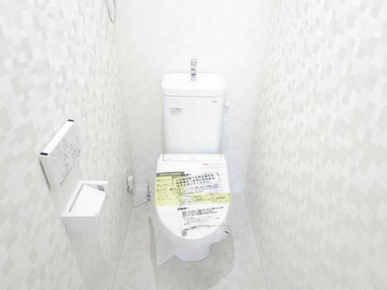トイレ 【リフォーム後写真】トイレはTOTO製の温水洗浄機能付きに新品交換しています。表面は凹凸がないため汚れが付きにくく、継ぎ目のない形状でお手入れが簡単です。節水機能付きなのでお財布にも優しいですね。