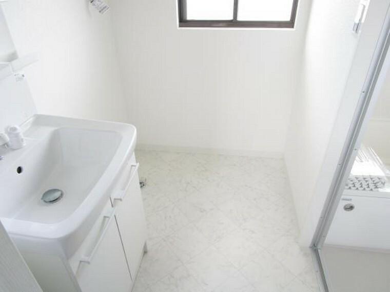 脱衣場 【リフォーム後写真】洗面脱衣所は床はクッションフロア張替え、天井・壁はクロス張替えを行っています。洗面化粧台もLIXILの新品に交換済です。