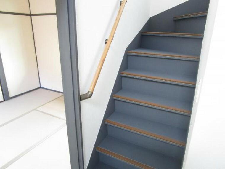 【リフォーム後写真】階段の写真です。手すりと落下防止の滑り止めを設置していますので、小さいお子様やご高齢の方も安心してご使用いただけます。