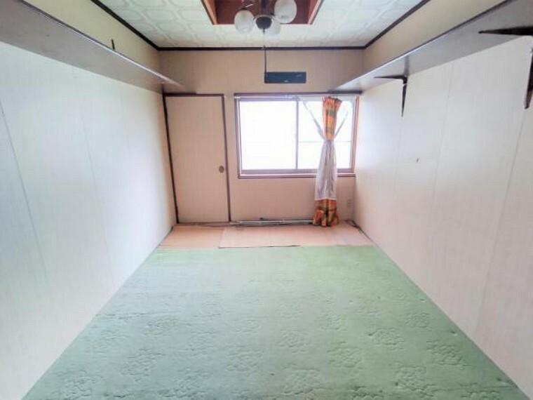 居間・リビング 【リフォーム中】リビングです。壁天井クロス張替え、フローリング貼り、照明交換、LDK作成を行います。対面キッチンで家族団らんの場所になりそうですね。