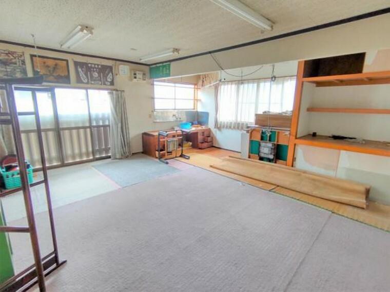 【リフォーム中】1階洋室です。壁天井クロス張替え、照明交換、床フローリング貼りを行います。趣味のお部屋や用途に合わせて使うことができますよ。