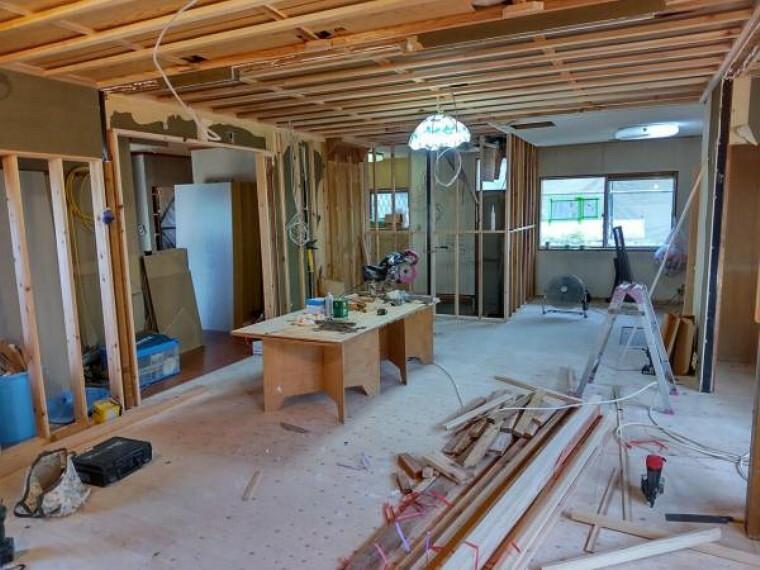 居間・リビング 現在リフォーム中。床下地・天井下地をやり替えています。