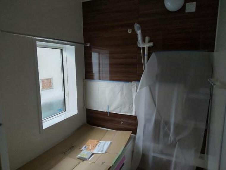 浴室 浴室はハウステック製の新品のユニットバスに交換します。浴槽には滑り止めの凹凸があり、床は濡れた状態でも滑りにくい加工がされている安心設計です。