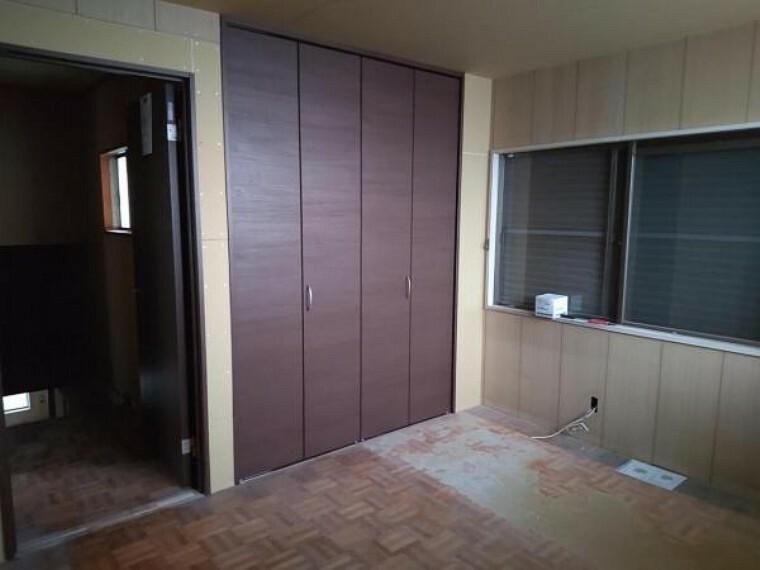 現在リフォーム中。2階東側の洋室です。収納の建具を新規に入れ替えてクローゼットに変更しました。