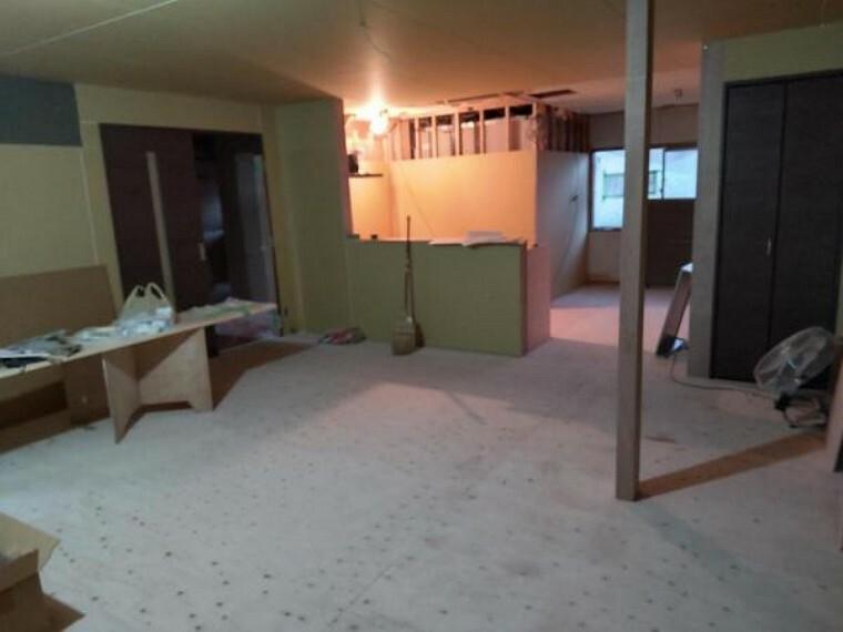 居間・リビング 現在リフォーム中。続き間の和室を繋げてリビングに変更しました。