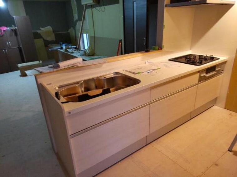 キッチン キッチンはハウステック製の新品に交換しました。引出には一升瓶や胴鍋のような背の高いものも収納できます。天板は熱や傷にも強い人工大理石仕様なので、毎日のお手入れが簡単です。