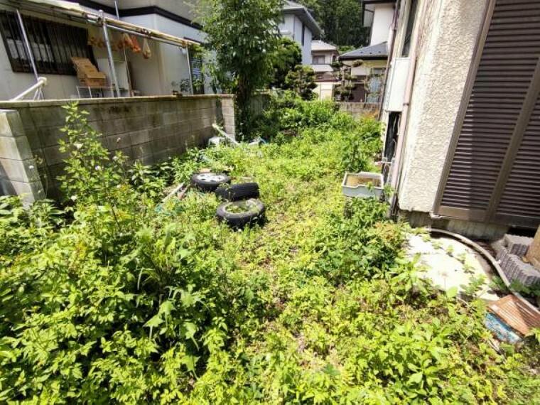 庭 【リフォーム前写真】庭写真です。植木や庭石は撤去いたします。スペースがあるので、家庭菜園を楽しんだりペットを遊ばせるスペースとして使えそうですね。家庭菜園や園芸には土の入れ替えが必要となる場合があります。