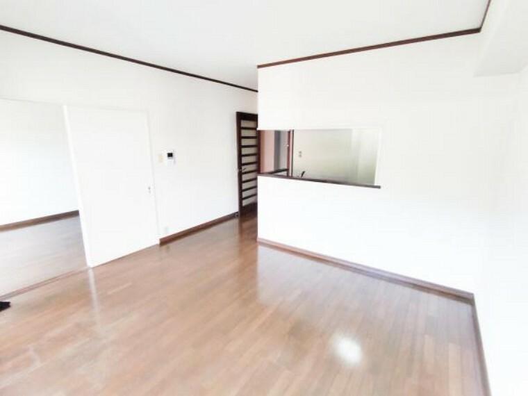 居間・リビング 価格には消費税、リフォーム費用を含みます。リフォーム中でもご案内可能。内覧希望の方はお電話ください。【リフォーム前】リビングは、今から床・天井・壁クロス張替ます。出入口ドア交換予定。
