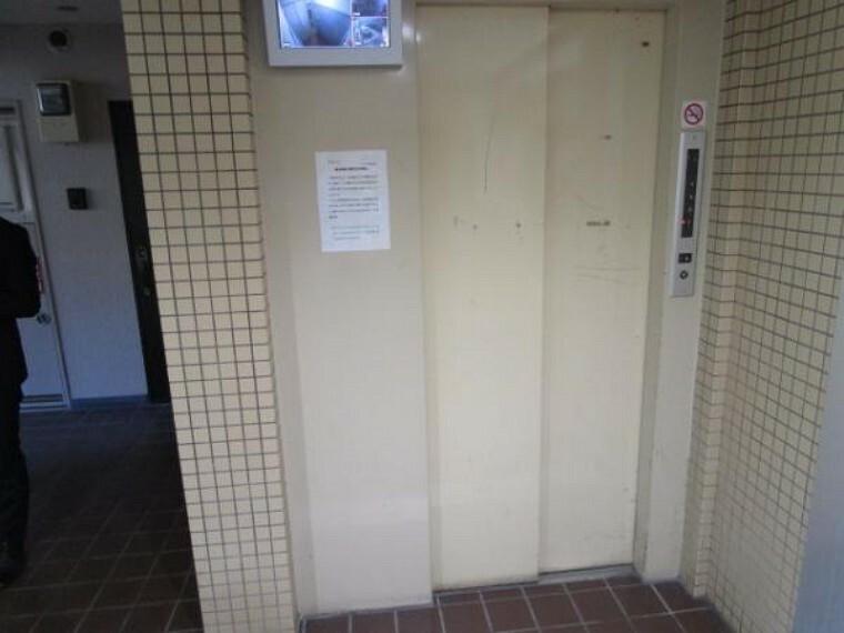 【エレベーター】1階エレベーター入口の様子です。棟内には、1基のエレベーターがあります。きちんと管理され、きれいなエレベーターです。