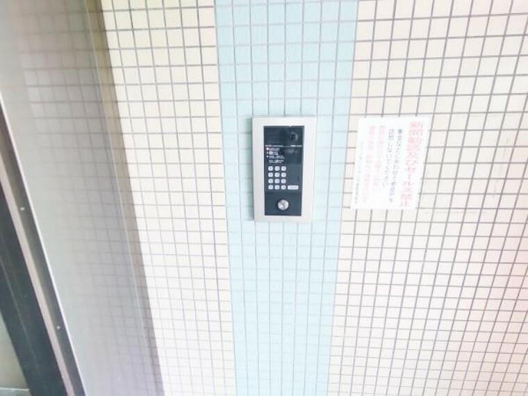 【マンションインターホン】マンション正面入り口の共有インターホン写真です。もちろんモニター付ですので、来訪者の顔の確認も出来、分かりやすく安心です。