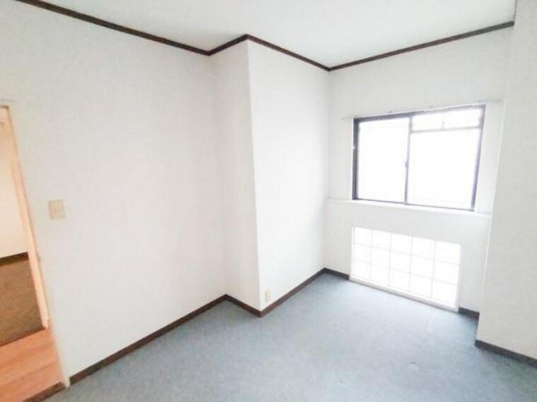 【リフォーム前】北西側6帖洋室も、今から、カーペットをはがして、床を張り替えます。もちろん天井・壁クロスも張り替えをしますので、明るく快適な部屋になります。