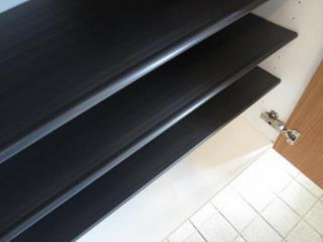 玄関 【同仕様写真】シューズボックスは中敷が樹脂タイプのものに交換します。汚れたら繰り返し洗っても大丈夫ですので、いつも清潔に使えますよ。