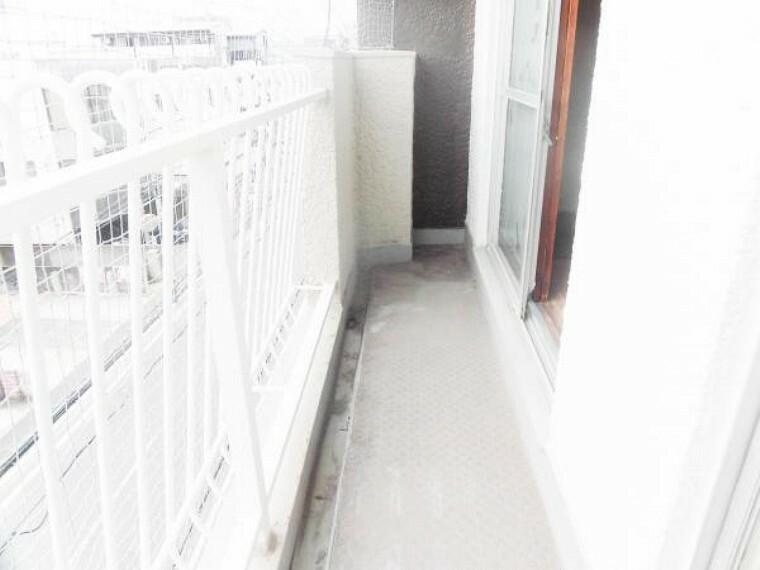 バルコニー 【バルコニー】2ヶ所にバルコニーがあります。こちらは居室に面した南東側バルコニーの写真(5.14平米)です。日当たりも良いでし。今から、綺麗に清掃します。