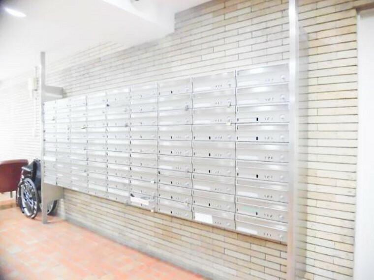 【集合ポスト】棟内の集合ポスト写真です。ゴミもなくいつも綺麗に管理されています。鍵はありませんので、ご必要なお客様は各自にて設置お願いいたします。