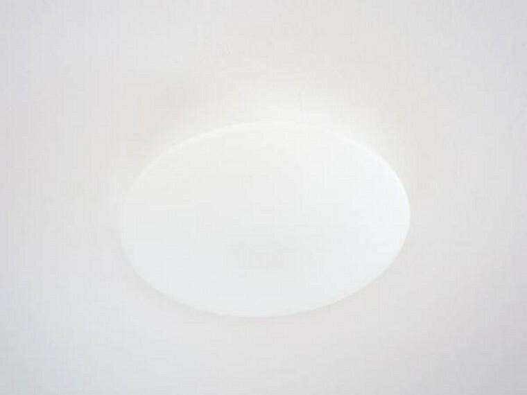 【同仕様写真】照明はリビングと全居室を新品に交換予定です。全てのお部屋に照明が付きますので、引っ越し後もすぐに使え、入居時の出費も抑えられますね。