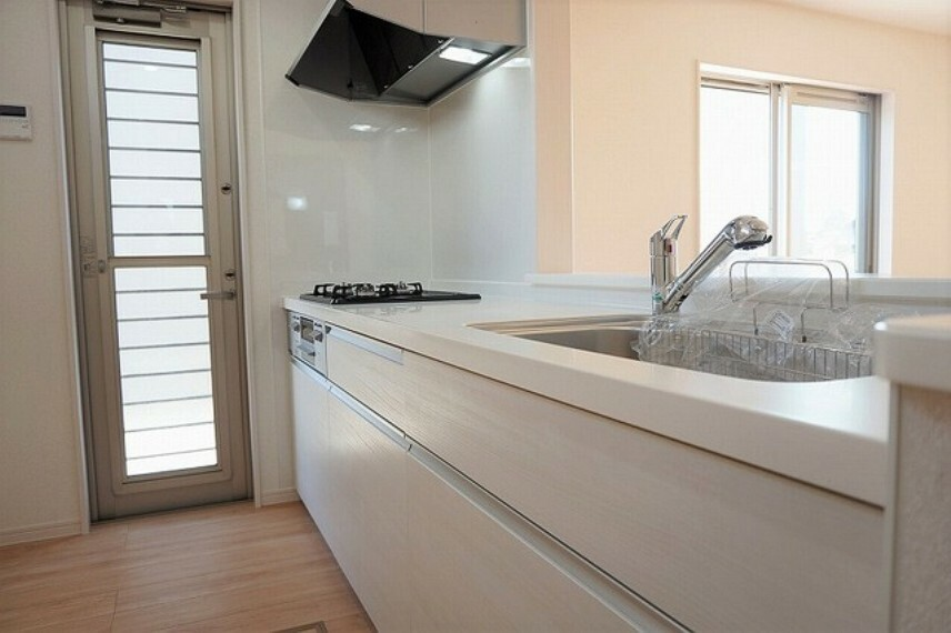 キッチン 同仕様写真。人造大理石製。耐久性があり、清掃性にも優れています。カウンターキッチンなので、ご家族とのコミュニケーションを取ったり小さいお子さんの様子を見守りながら安心して料理ができます。