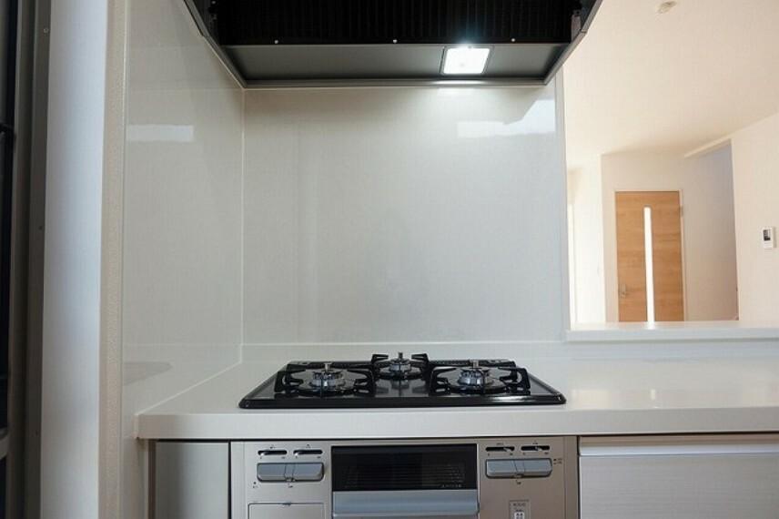 キッチン 同仕様写真。3口全てに温度センサーが付き、片面焼きグリルも搭載して安全で機能的なガスコンロです。