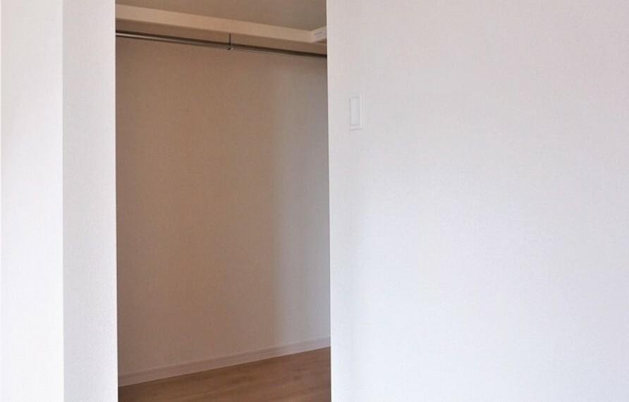 収納 同仕様写真。ウォークインクローゼット付きの洋室もあり、毎日のお洋服選びが楽しくなりますね^^