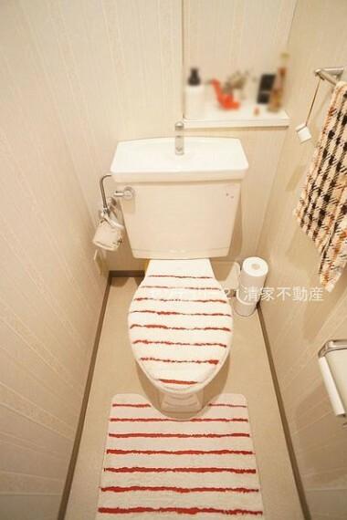 トイレ 白を基調とした、清潔感のある水廻りです。(2021年06月撮影)