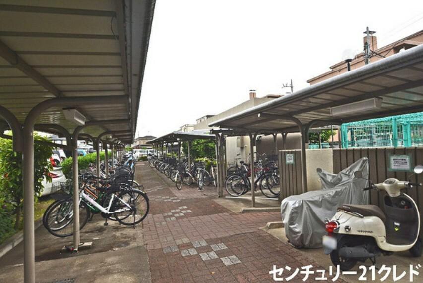 【共用部】 便利な駐輪場です! 通勤や通学、お出かけの際も安心ですね!屋根があるので、雨の日も濡れる心配がありません!近隣には、保育園やスーパー、コンビニがあり、生活しやすい住環境です!