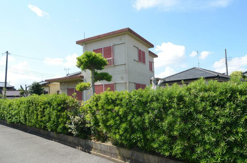 外観写真 敷地は生垣に囲まれてます