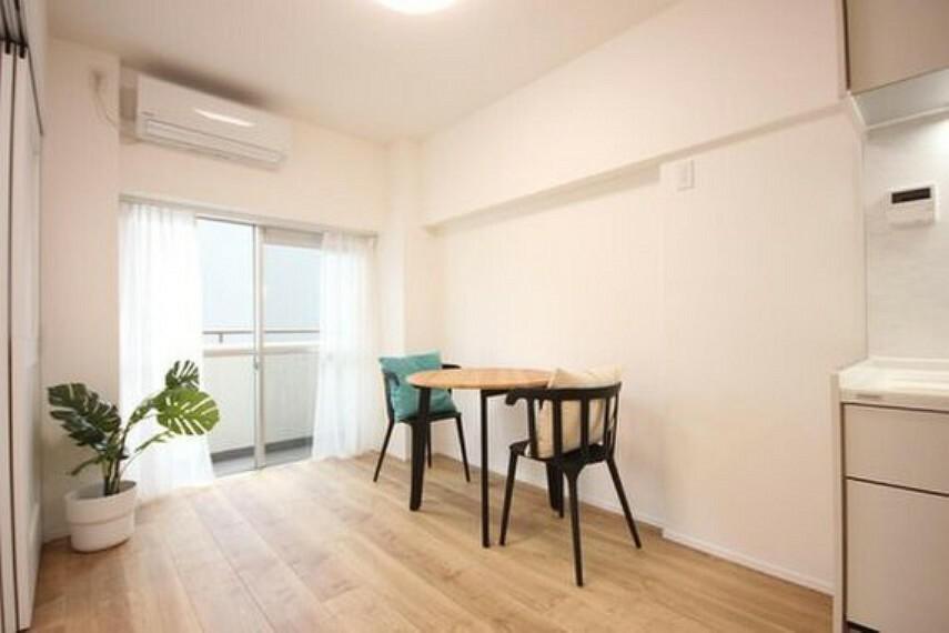 居間・リビング 眩いばかりの陽の光が室内を満たしていきます。暮らす家族に、訪ねてくる友人知人に、清かで艶やかな時間をもたらしてくれる室内です。