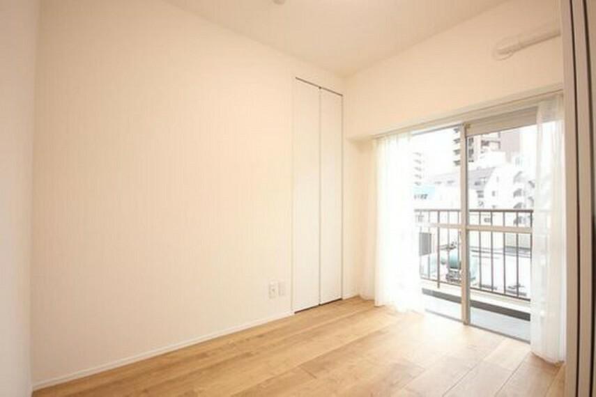 洋室 リビングに隣接する居室。引き戸を開け放てば2部屋が一体となり広々と。快適空間が生まれることで、家族が集まりやすくなります。