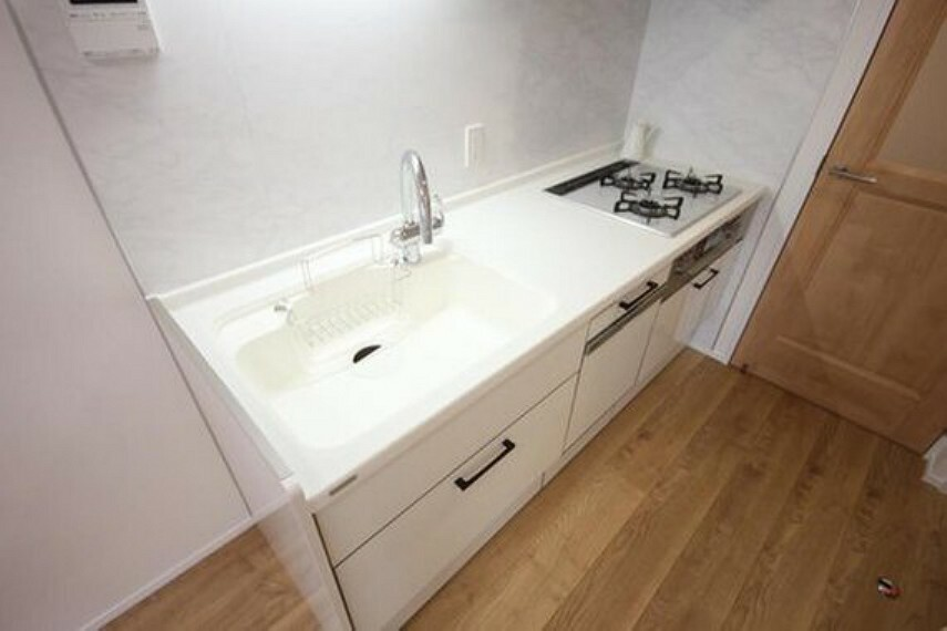 ダイニングキッチン 明るい自然光が入る作業スペースを多くとった壁付けキッチン採用。夫婦揃ってキッチンに立っても調理がしやすく、家事をしながら会話も弾みます。食器類もすっきりと片付く収納力。