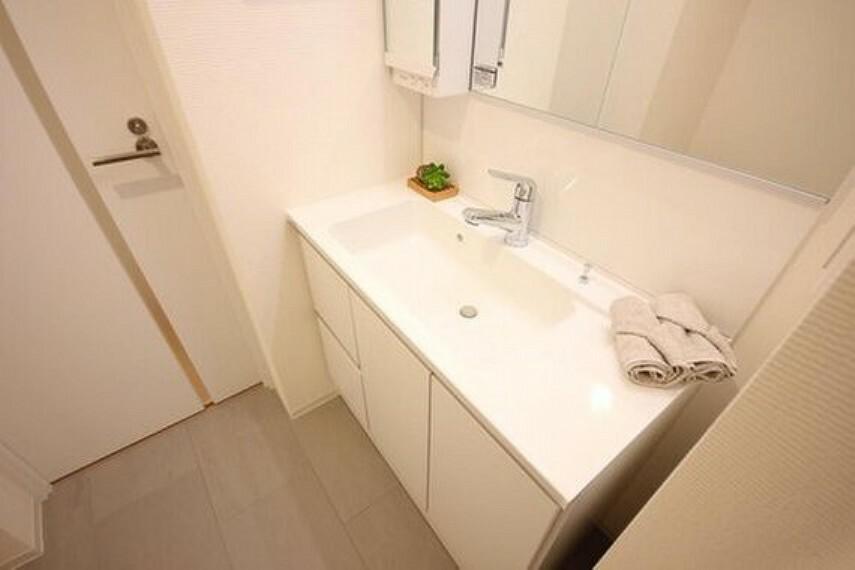洗面化粧台 身だしなみを整えやすい事はもちろんですが、鏡の後ろに収納スペースを設ける事により、散らかりやすい洗面スペースをすっきりさせる事が出来るのも嬉しいですね。