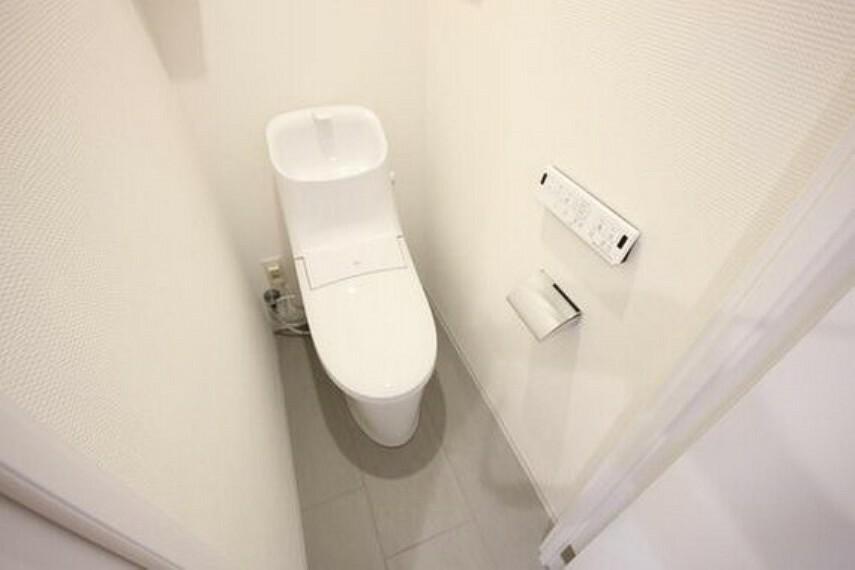 トイレ 白を基調とし、清潔感のある空間に仕上がりました。人気のウォシュレットタイプを採用し、日々の生活を快適に。