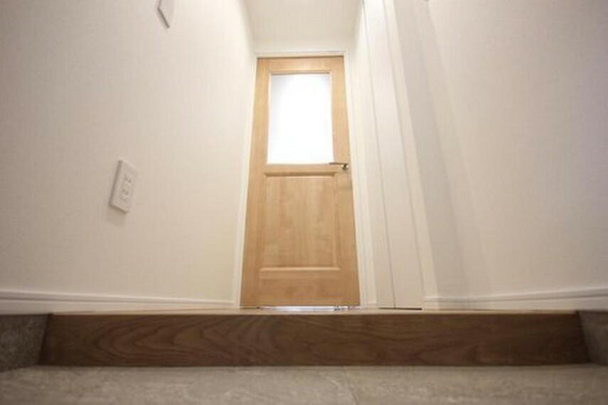 玄関 玄関を開けると、新規リノベーションによって生まれ変わった空間が皆様を迎え入れます。部屋への期待感が高まりますね。