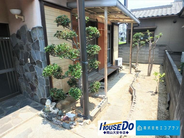 庭 日本の風情漂う上質感溢れる石貼りの玄関。訪れた方を爽やかにお迎えします。訪れる方の目に留まるところだからこそ、センス良く 植栽を楽しめるお庭もございます