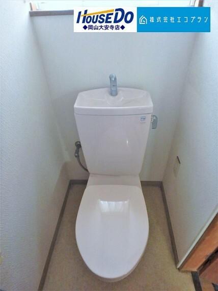トイレ 白がキレイなトイレ タオルリングや手すりが設置されており、ご高齢の方でも安心してご利用頂けるよう配慮されています