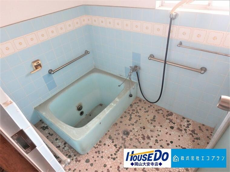 浴室 毎日の疲れを癒すバスルーム 手すり付きで、安心してくつろげる空間に