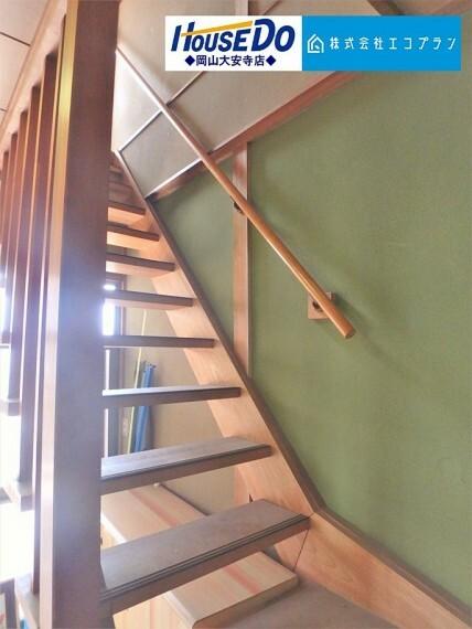 見た目もおしゃれな木製の階段は空間をより広く感じます。趣きある雰囲気が部屋の雰囲気をしっとり落ち着かせます