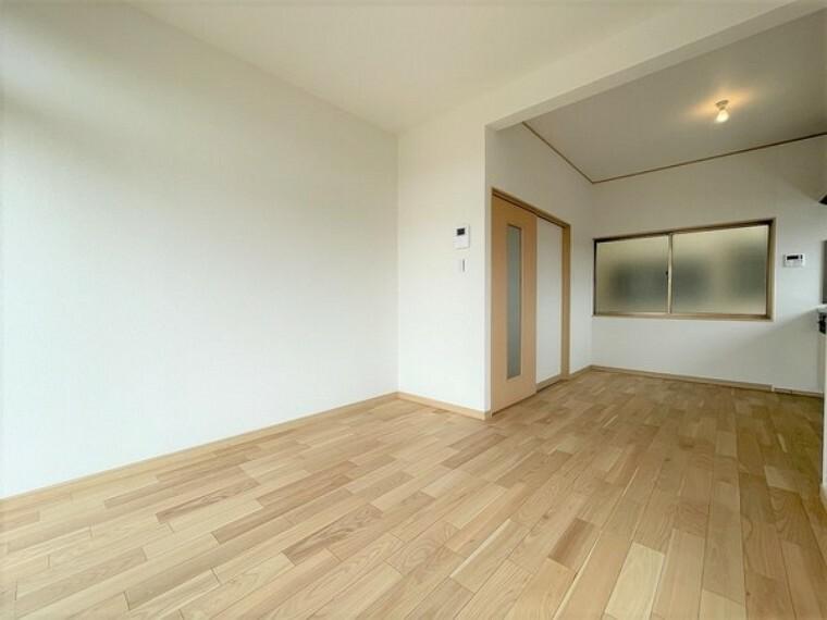 居間・リビング シンプルかつ落ち着いたカラーリング空間となっております。
