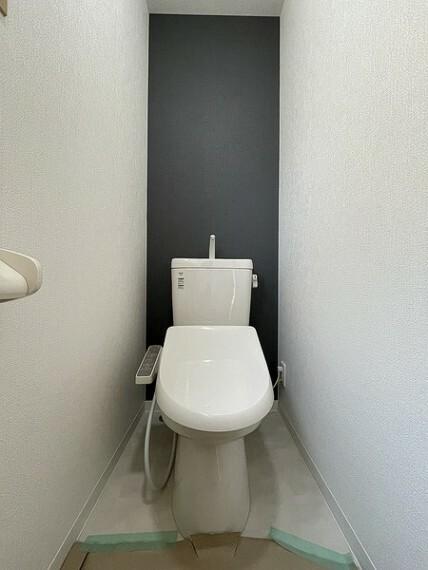 トイレ 白を基調としたスマートデザインのレストルーム。 もちろん、ウォシュレット機能つきです。